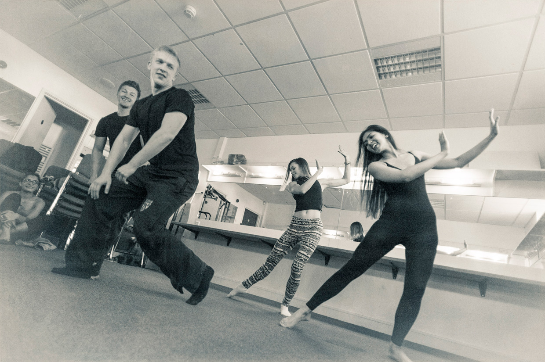 hjorthmedh-cirque-de-bombay-dancing-1