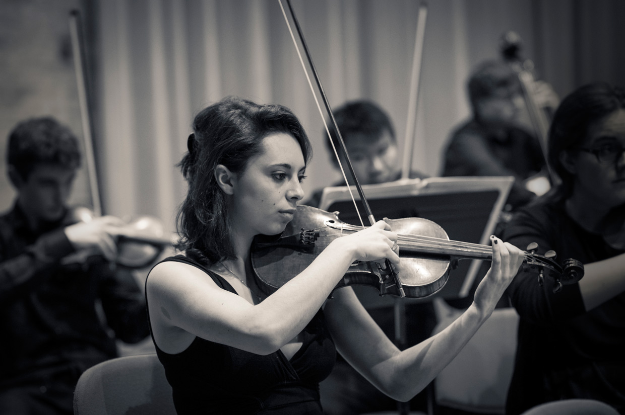 Gabrielle Teychenne playing violin in West Road Concert Hall, Cambridge