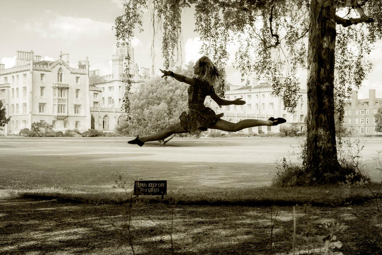 hjorthmedh-joanna-vymeris-no-grass-walking-jump