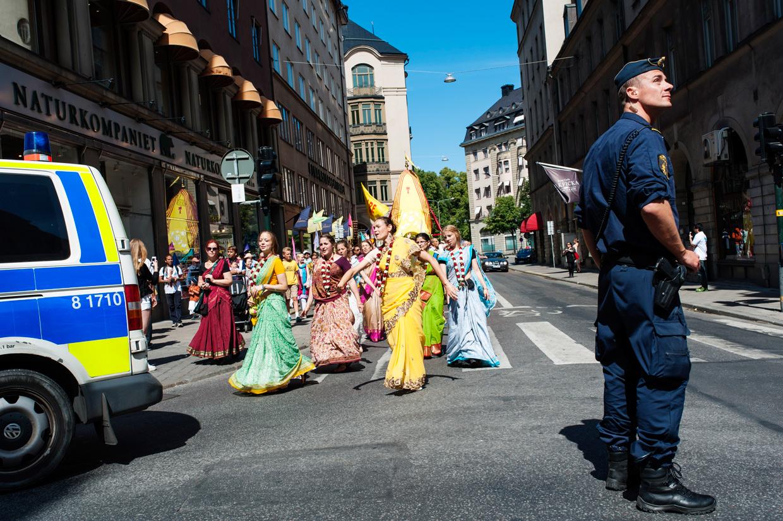 hjorthmedh-new-lens-hare-krishna-parade-police