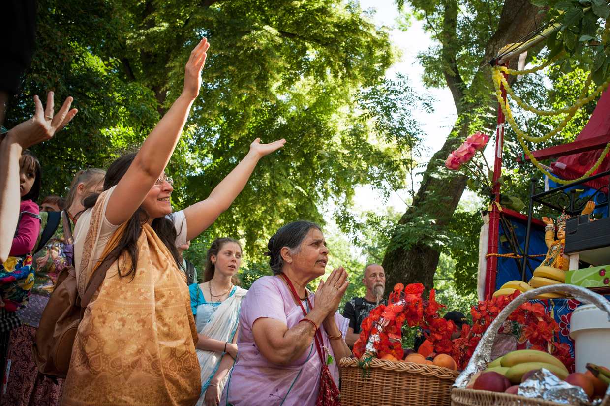 hjorthmedh-new-lens-hare-krishna-parade-praying