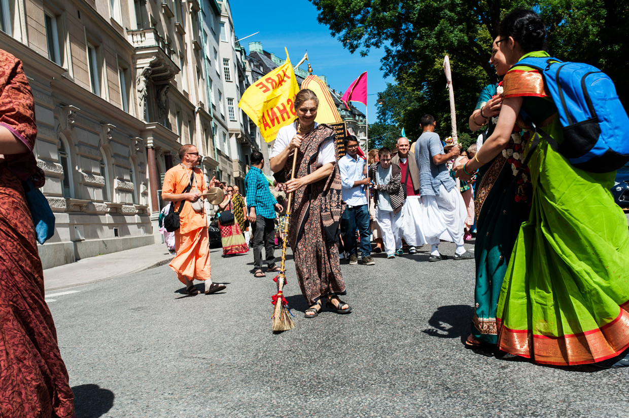 hjorthmedh-new-lens-hare-krishna-parade-woman-sweeping-the-street