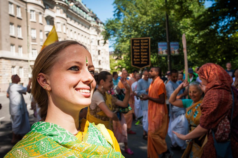 hjorthmedh-new-lens-hare-krishna-parade-woman