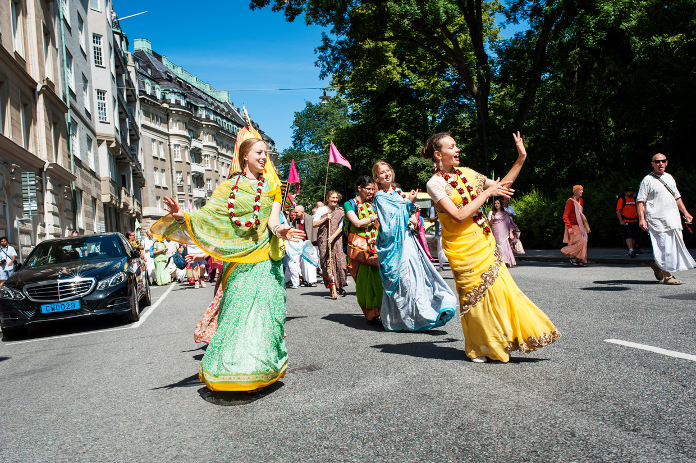 hjorthmedh-new-lens-hare-krishna-parade-women-dancing