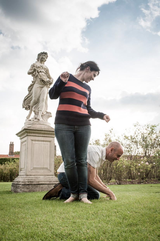 hjorthmedh-hampton-court-mimicing-statues