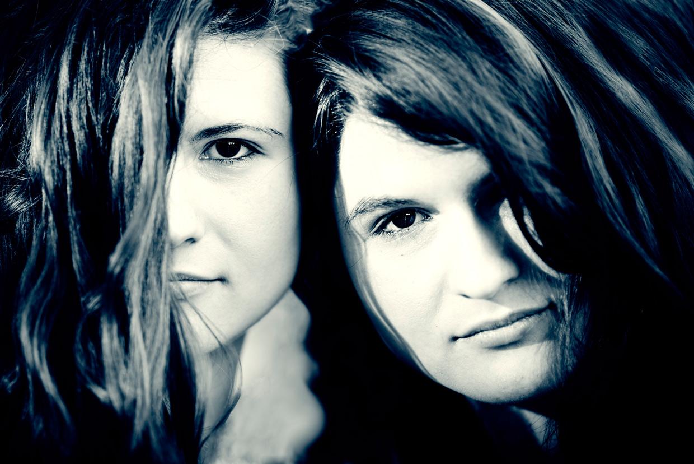 hjorthmedh-twins-closeup