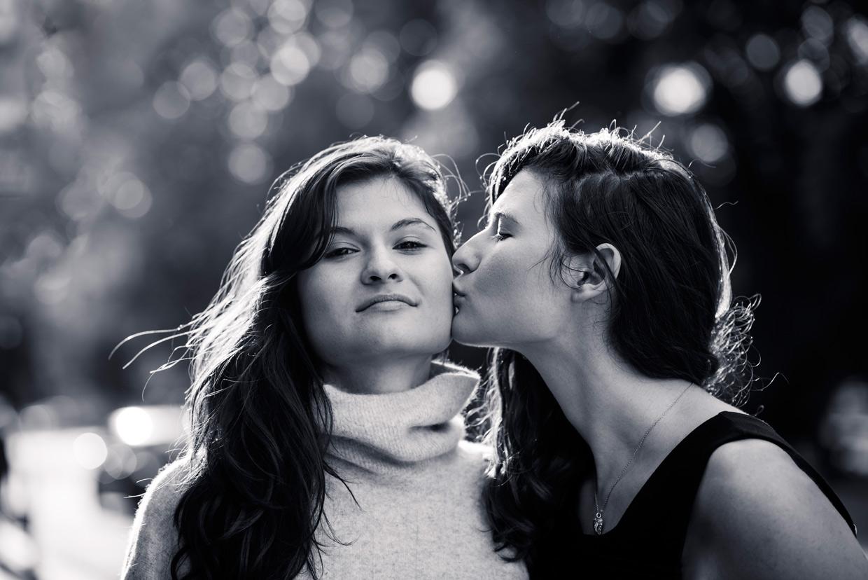 hjorthmedh-twins-kiss