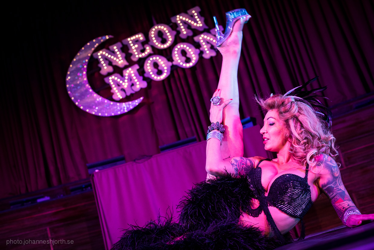 hjorthmedh-neon-moon-cambridge-halloween-ball-2015-110