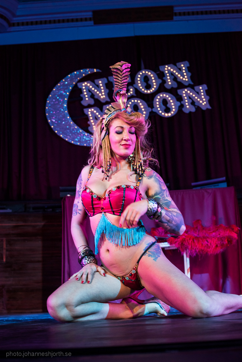 hjorthmedh-neon-moon-cambridge-halloween-ball-2015-160