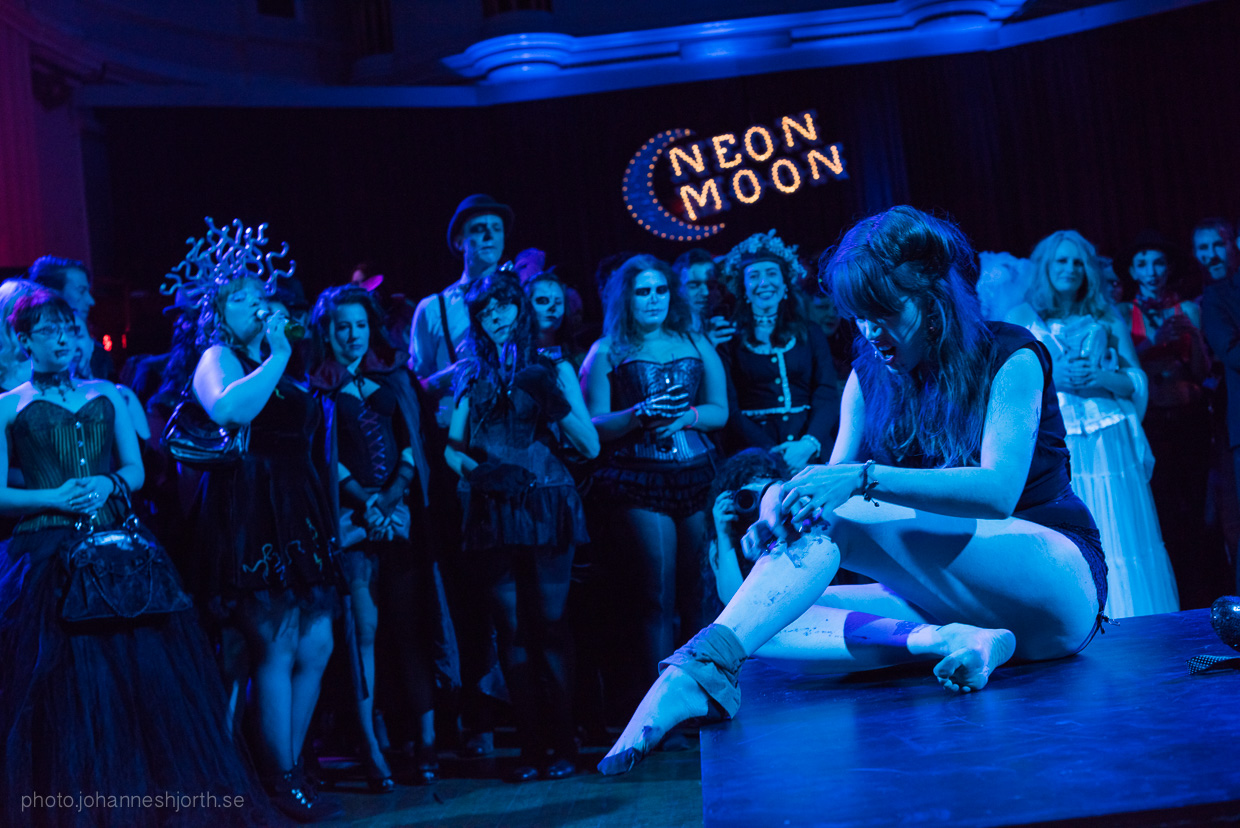 hjorthmedh-neon-moon-cambridge-halloween-ball-2015-80